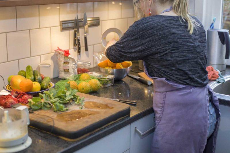 Na overwonnen eetstoornis koken en eten door jonge vrouw