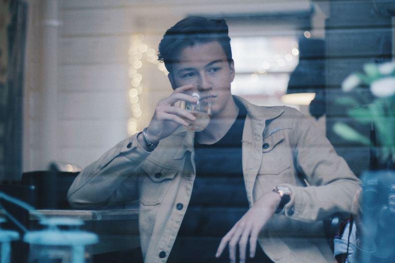 Puber drinkt foto door maaike nienhuis